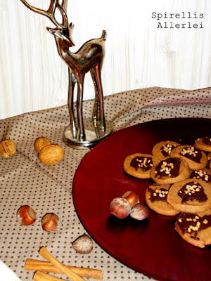 So, und nun zu den kleinen Keksen zurück -  es ist nämlich bald Weihnachten! (Naaaa, bekommt jetzt hier grad jemand einen kleinen Geschenke-Stress-Anfall?) Hihi, naja auf alle Fälle muss ich mich einstimmen, und wenn es schon keinen Schnee und weiße Glitzersternchen am Himmel gibt, dann wenigstens haufenweiße Kekse :)