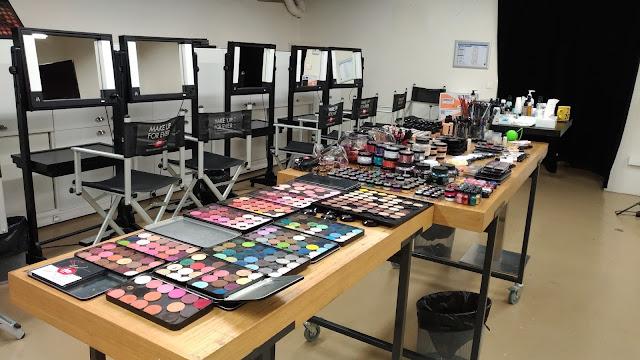 De quoi bien travailler grâce au large choix de produits Make Up Forever à disposition pour le stage.