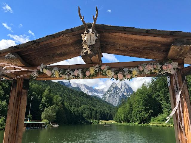 Beste Aussichten Fenster, London meets Garmisch-Partenkirchen, Sommerhochzeit im Vintage-Look in Bayern mit internationalen Hochzeitsgästen, Riessersee Hotel, Hochzeitsplanerin Uschi Glas