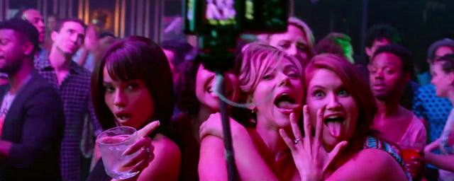 Blair (Zoë Kravitz), Frankie (Ilana Glazer), Jess (Scarlett Johansson), et Alice (Jillian Bell) dans Pire soirée