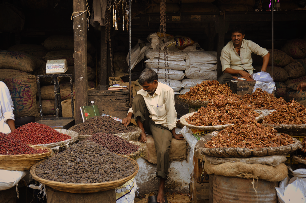 Most seeds come from fruits that naturally free themselves from the shell, unlike nuts such as hazelnuts, chestnuts and acorns, which have hard shell walls and originate from a compound ovary. The general and original usage of the term is less restrictive, and many nuts in the culinary sense, such as almonds, pecans, pistachios and walnuts as in this picture from a street market in Mumbai.