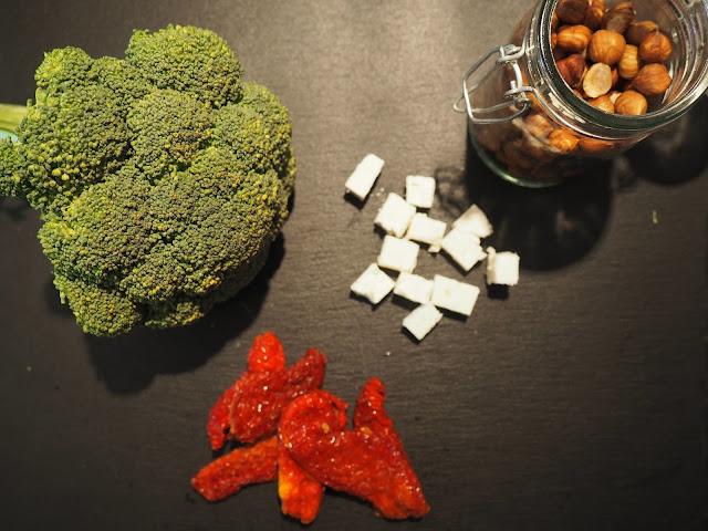Gesund und grün: Zutaten für Brokkoli-Pfanne mit Feta und Haselnüssen