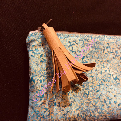 "En tofs eller ""tassel"" i faux leather passar bra som dekoration på väskor"