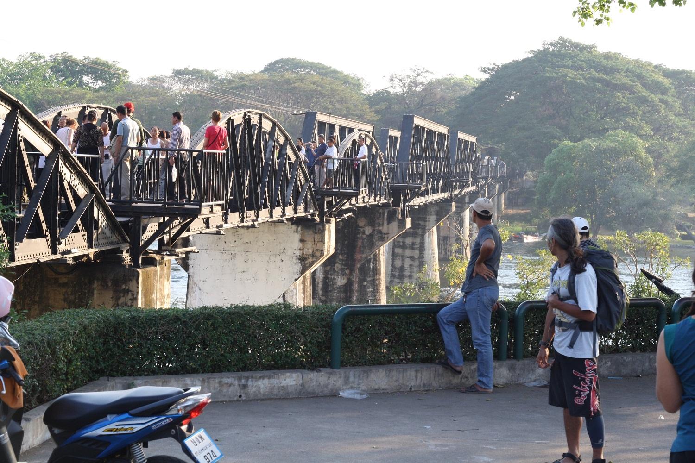 Meniti Jembatan diatas River Kwai