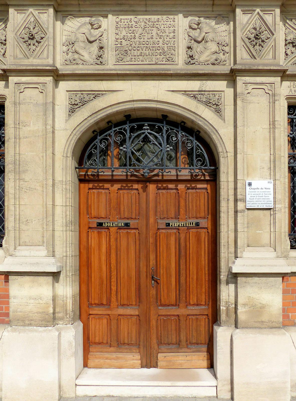 Chapelle du Voeu, Tourcoing - Porte d'entrée et Inscription.