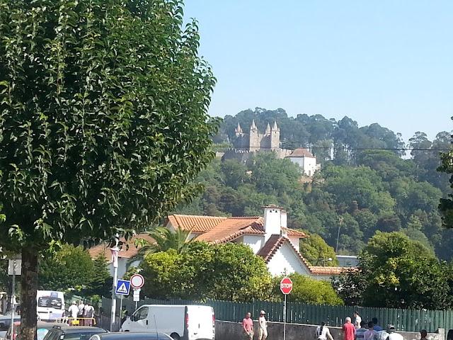 Il castello di Santa Maria da Feira, nell'entroterra di Porto. Scenari e atmosfere da fiaba in terra lusitana.