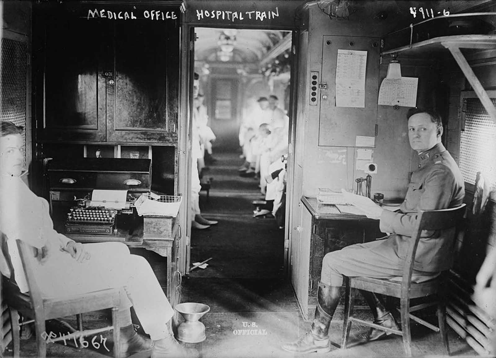 Consultorio médico en un tren hospitalario, hacia 1900.