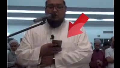 Video: Imam 'Main' Smartphone Saat Sholat Hebohkan Dunia Maya