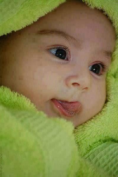 papağan renk elbise ile çok sevimli bebek