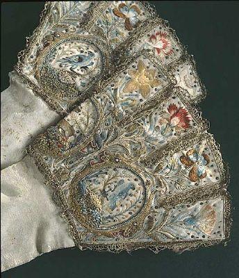 Ez a darab I. Erzsébet angol királynő kesztyűje.1598-ból való. Hímzés és  vert csipke díszíti  22a8e1a259