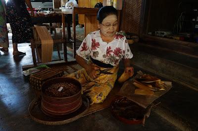 Nenek Pembuat Rokok di perkampungan tua Bagan