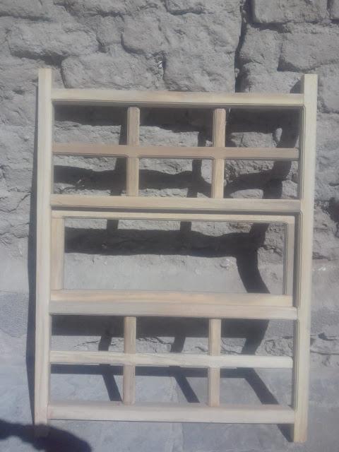 Die Fenster mit den kleinen Quadraten.