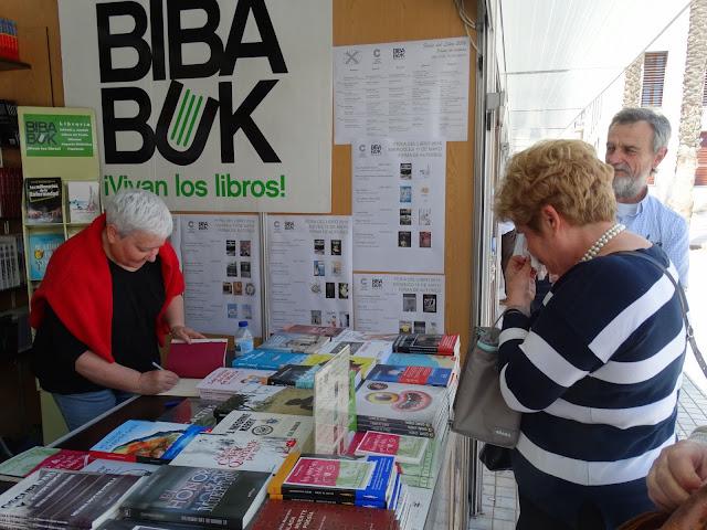 LOLA CALLEJÓN y FRAN CAZORLA Firma de libros en BIBABUK -FERIA DEL LIBRO DE ALMERÍA
