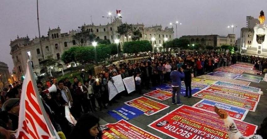 Docentes se concentran en la Plaza San Martín para recibir a dirigentes de provincias que acatan huelga indefinida