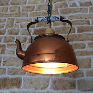 lampara hecha con caldera o pava reciclada