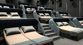 Άνοιξε σινεμά με διπλά κρεβάτια και μαξιλάρια: Η απόλυτη VIP εμπειρία