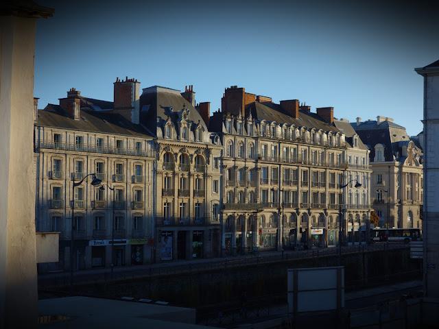 Vus depuis la Place Saint-Germain, les grands immeubles bourgeois du XIXe siècle du quai Emile Zola donnent un air de petit Paris à la Ville de Rennes...