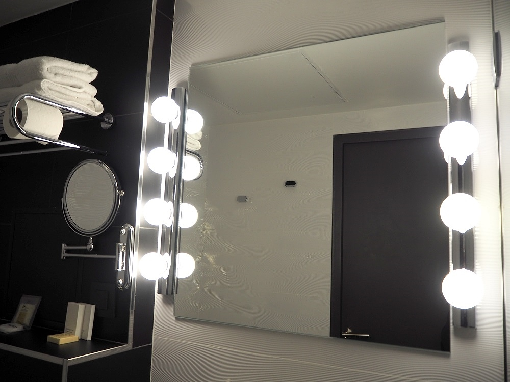 light up bathroom mirror