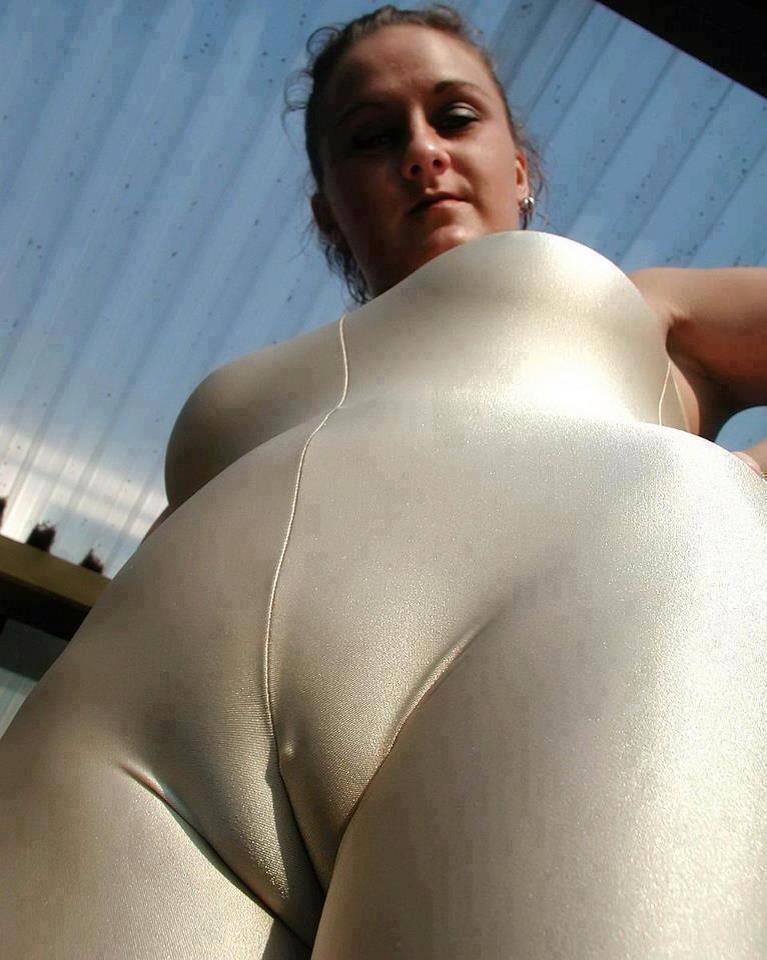 видео с голой женщиной в обтягивающих прозрачных штанишках секс