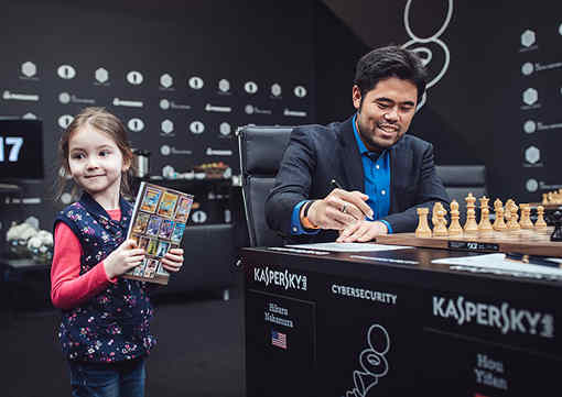 La chasse aux autographes des grands-maîtres d'échecs est ouverte à Moscou avec ici l'Américain Hikaru Nakamura - Photo © Max Avdeev