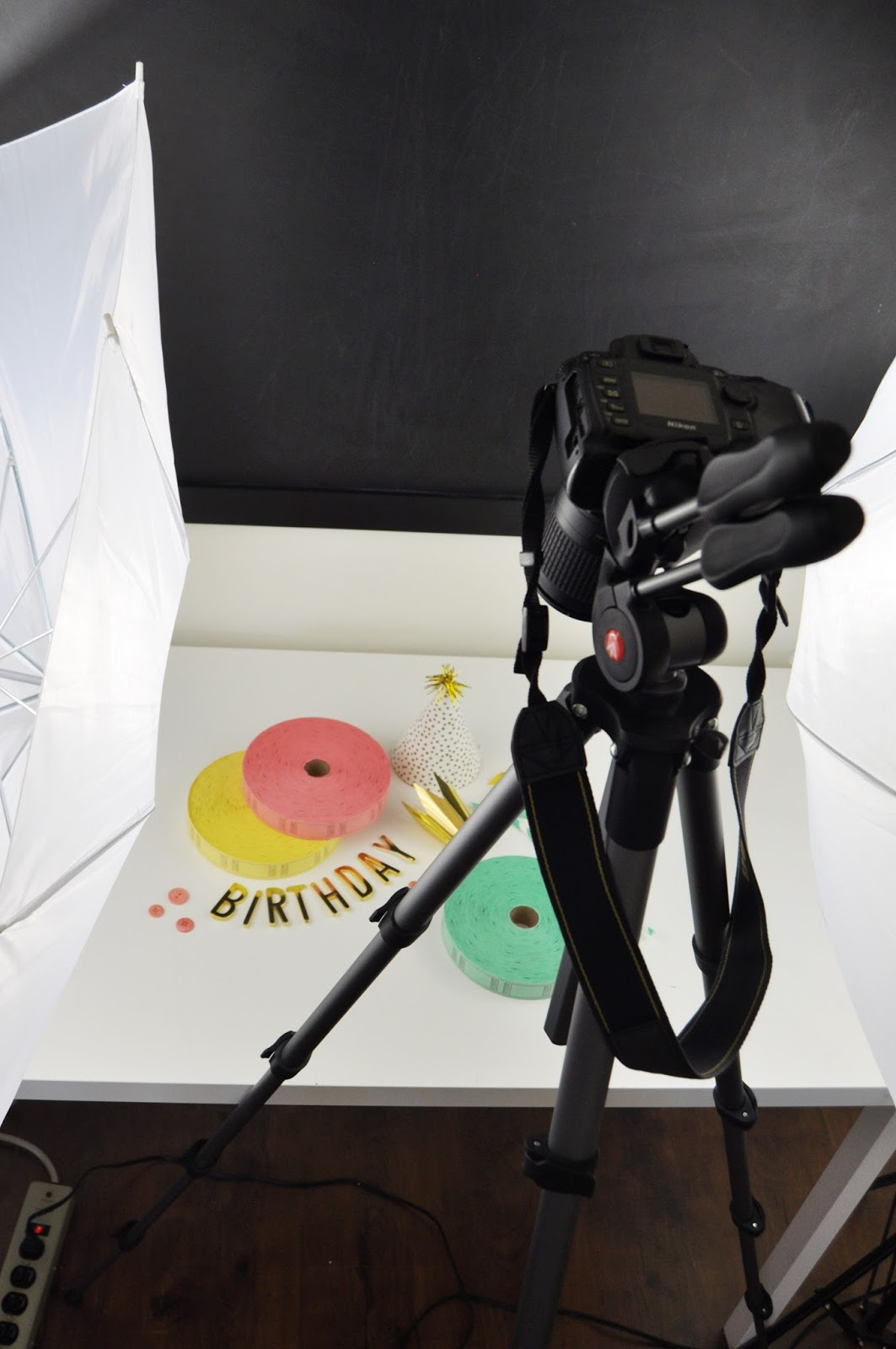 How to use a photography lighting kit. How to set up your photo lighting kit. Photography lighting kits tips and tricks by Jen Gallacher. #photography #photographylights #lightingkits