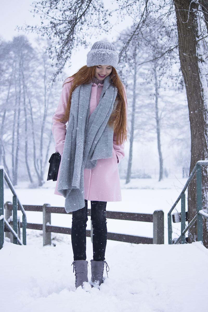 Pastelowy zestaw w zimowej aurze | Różowy płaszczyk