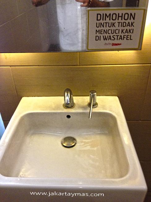 Se prohibe lavarse los pies en el lavabo, en Yakarta