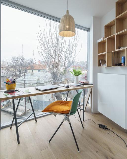 ruang kantor dengan desain elegan menggunakan kayu