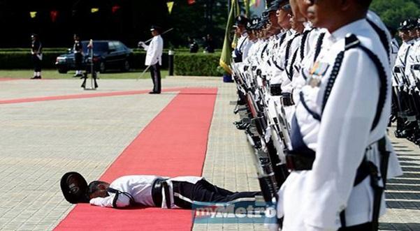"""""""Kenapa Tak Tolong?"""" - Luahan Anggota Tentera Isu Pegawai Polis Pengsan Dalam Kawad"""
