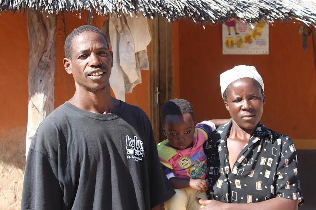 Beni Thsuma con su mujer y su hija pequeña