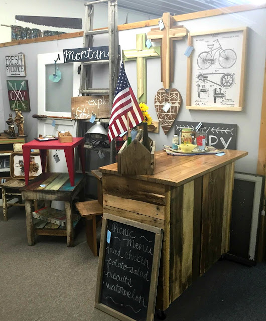 antiques, booth display, salvaged wood, barnwood, pallets, bar, old ladder, toolbox, http://goo.gl/0Bl7XE