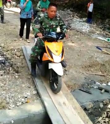 Masyarakat yang Ingin Lintasi Ducker Jembatan yang Dibangun Satgas TMMD 1012 Kodim 1415/Kep Selayar, Tak Perlu Takut
