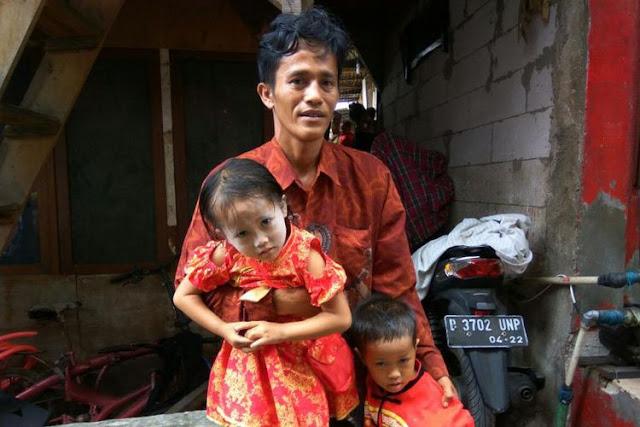 Hoax! Ini Kisah Sebenarnya tentang Bapak yang Viral Jalan Kaki Sambil Gendong Anak Kembarnya