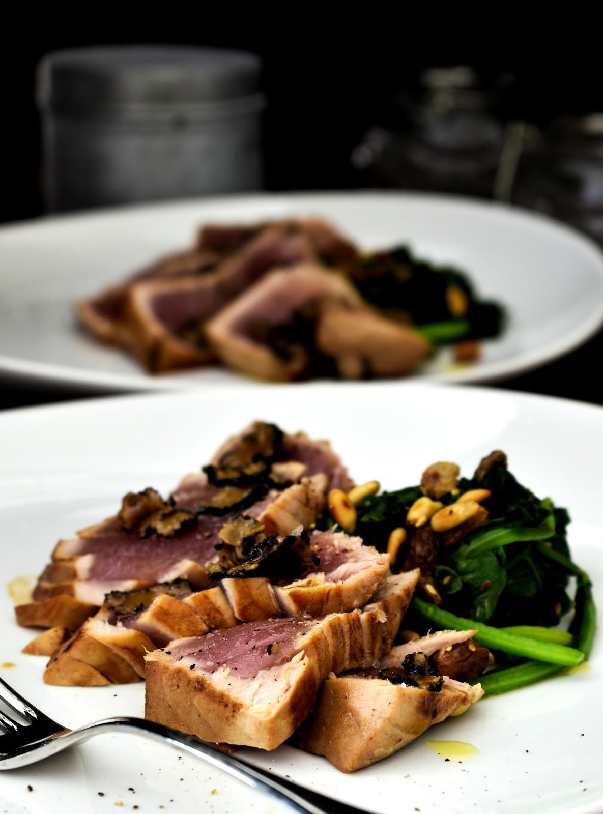 Tataki di tonno al tartufo con spinaci salati con uvetta e pinoli