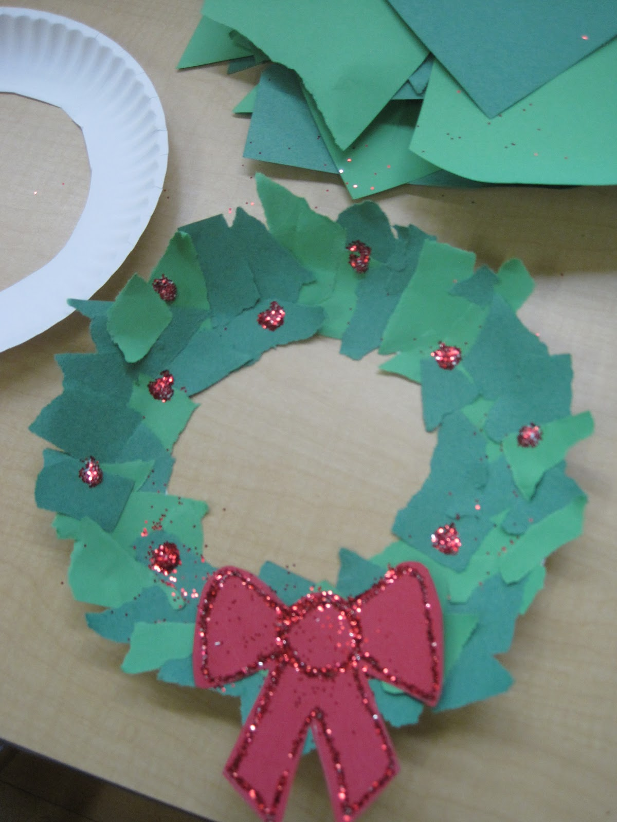 Easy Christmas Wreath Activity - Busy Toddler  |Art Projects Christmas Garland