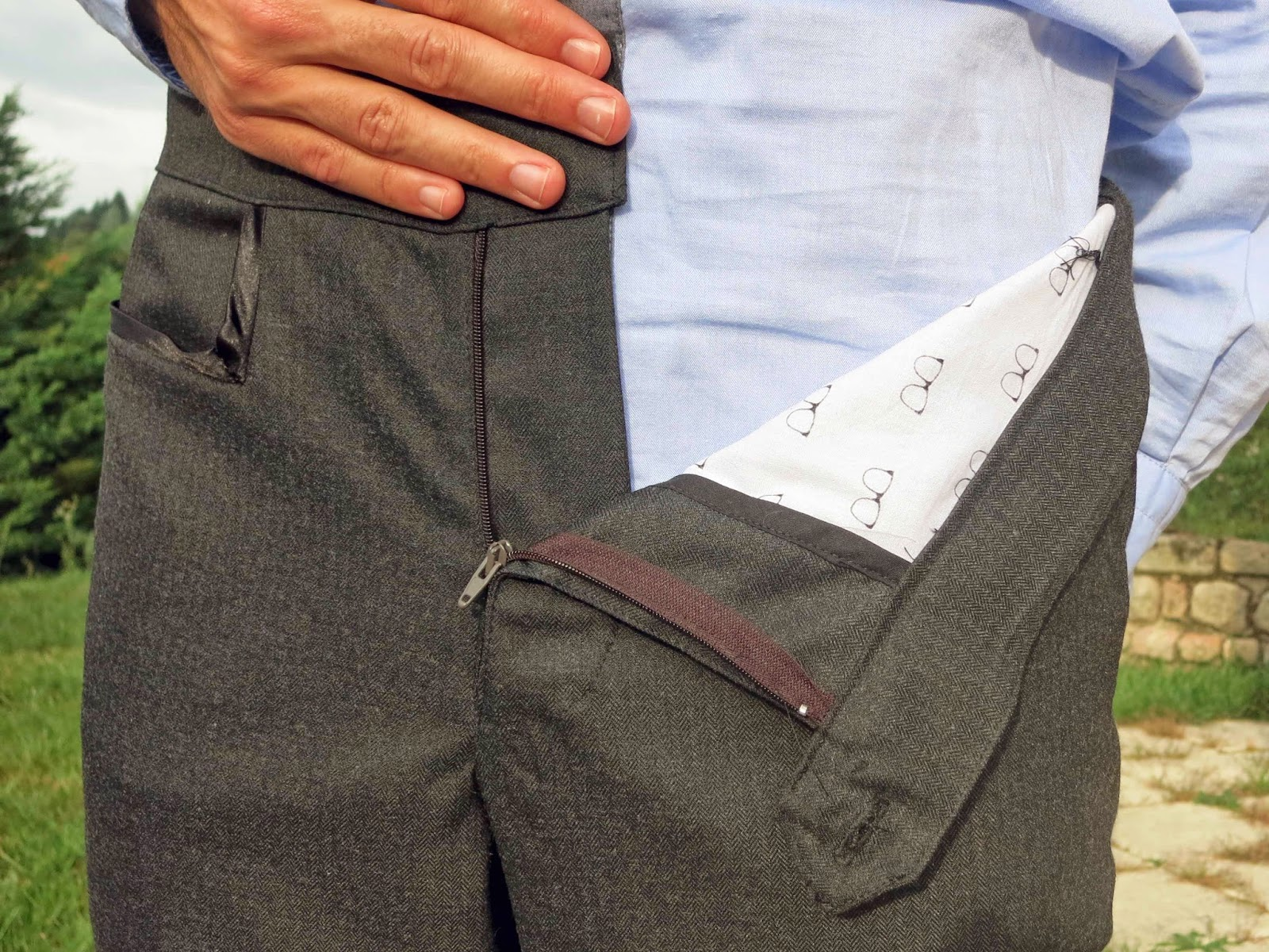 Une fois ces 2 parties réalisées, le montage du pantalon et de la ceinture  a été assez rapide. Une fois terminé, je me suis rendu compte que les  fesses ... ffa9ffc59ffc