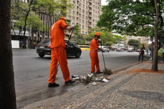 Varredor de rua é uma profissão digna e desprezada. Gari.