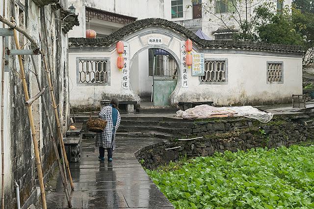 Femme transportant un panier à Xidi