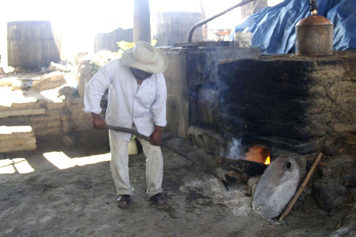Destilación de Mezcal en San Baltazar Chichicapam, Oaxaca.