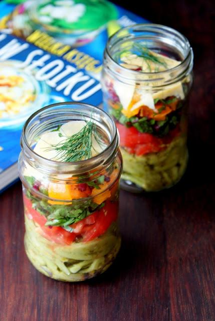 Sałatka makaronowa z pesto, pomidorami i papryką zamknięte w słoiku.