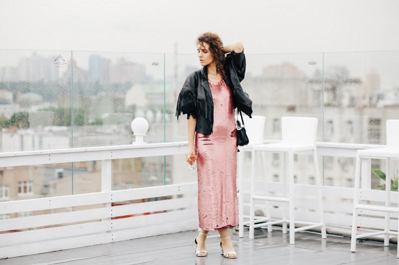 образ в розовом платье