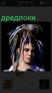 Спутанные локоны волос дредлоки  у девушки на голове с мрачным выражением лица