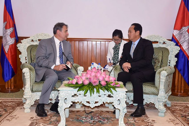 US Ambassador to Cambodia William Heidt talks with Minister of Land Management Chea Sophara on Monday in Phnom Penh. Photo supplied