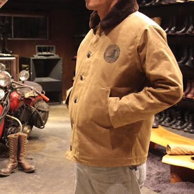ボディーライニング全面と襟部分に、アメリカで生まれ育ったメリノ種の羊のみを採用した最高品質のムートンファーを使用し、ジャケットを構成する素材には1838年創業の老舗ファブリックメーカー、Martin Dyeing & Finishing Co.のドライワックスコットンが使われています。従来のN-1ジャケットの弱点である防水性を克服するとともに、非常に高い保温性も兼ね備えたまさにハイエンドなN-1ジャケットです。