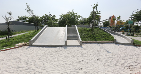 台中烏日|麻園東二街公園(兒7公園)|磨石子溜滑梯|沙坑|土庫溪景觀橋|兒童公園|12感官遊具