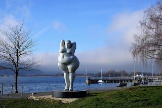 Статуя толстой женщины