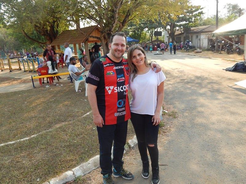 Deputado Alex Redano acompanhado da esposa Carla Redano (Foto: Assessoria)