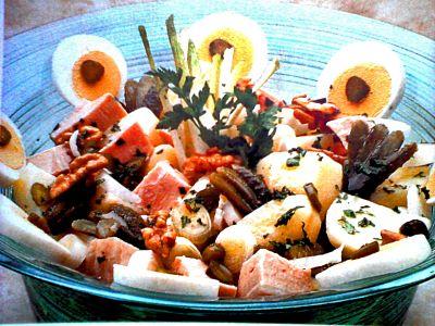Plato de ensalada de navidad a la renana. Contiene aceitunas, papas, asado de ternera,huevo, manzana