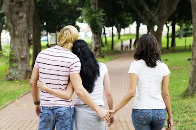 Kencanlah bersama dua orang di saat bersamaan selingkuh