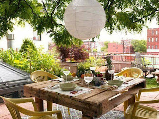 mesa para exterior hecha con palets de madera